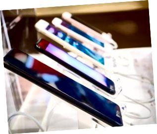 smartphone mobile in negozio elettronico