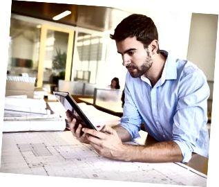数字平板电脑在办公室学习计划的男性建筑师
