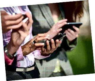 Tre donne di affari che mandano un sms