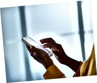 Nahaufnahme der Hände der Geschäftsfrau, die Telefon halten