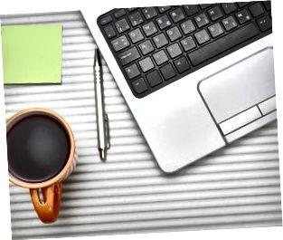 bärbar dator på skrivbord med kopp te