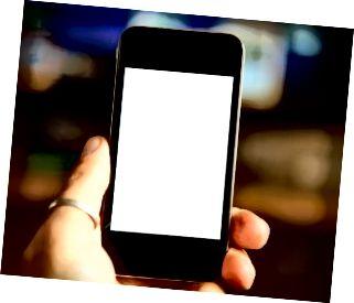 Hand, die leeres Handy hält