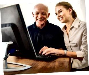 Kvinna som hjälper mannen med datorn