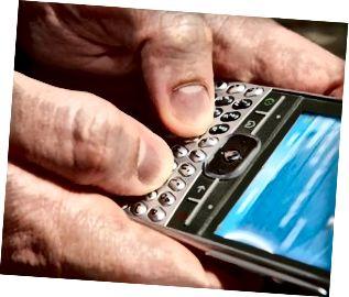 Primo piano della persona che manda un sms sullo smartphone