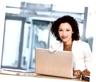 Donna Di Affari Sorridente Con Il Computer Portatile