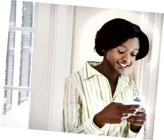 Mlada ženska z uporabo mobilnega telefona