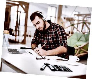 Kreativer Arbeiter. Musik hören. Arbeiten. Ideen.