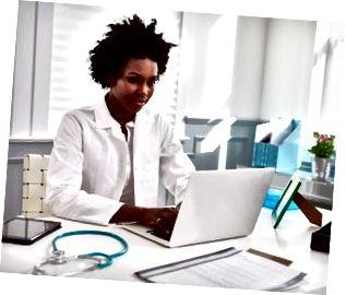 Svart kvinnlig läkare som bär vitrock på jobbet i