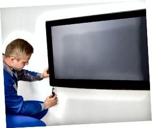 En reparatör som fixar en tv