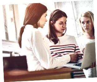 Kvinnor diskuterar projektplan