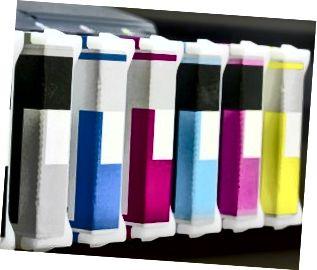 cartuchos de impresora de inyección de tinta en una fila