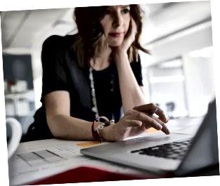 Ženska arhitektka, ki dela na prenosniku v pisarni