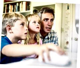 Pare i fills jugant a ordinador