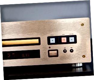 CD player i shtrenjtë për të luajtur muzikë me një panel para ari