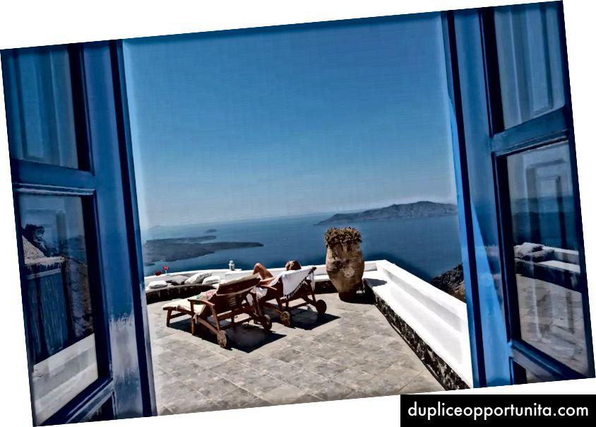 Splendida vista da una casa Airbnb a Imerovigli, Egeo, Grecia