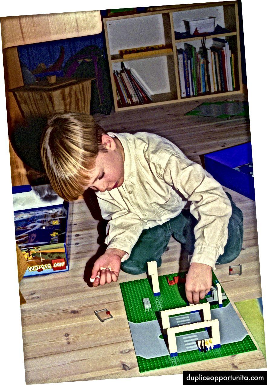 Costruire con Legos da bambino