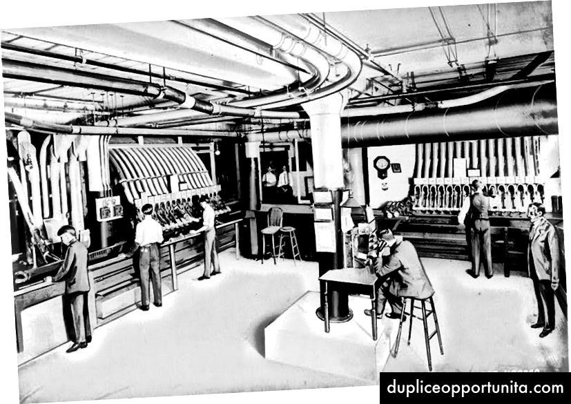 Una stazione della metropolitana pneumatica nello stabilimento per corrispondenza di Sears, Roebuck & Company a Chicago, come rappresentato in una fotografia ritoccata intorno al 1918. Foto per gentile concessione della Library Of Congress.