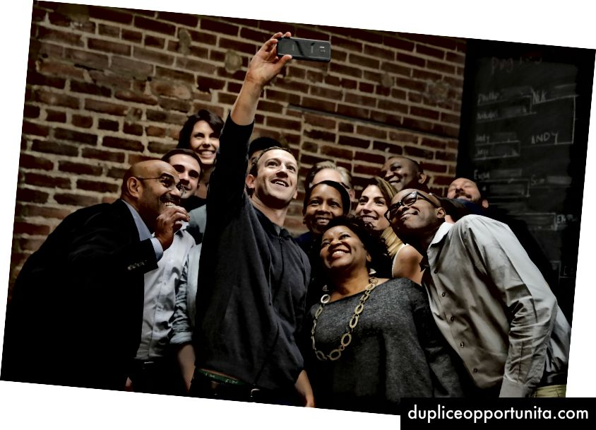 Il CEO di Facebook Mark Zuckerberg fa un selfie con un gruppo di imprenditori e innovatori dopo aver partecipato a una tavola rotonda presso l'hub tecnologico Cortex Innovation Community, giovedì 9 novembre 2017, a St. Louis - AP Photo / Jeff Roberson