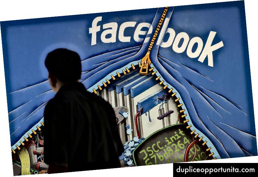 В тази 11 юни 2014 г., снимка на файл, мъж минава покрай стенопис в офис на кампуса във Фейсбук в Менло Парк, Калифорния - AP Photo / Джеф Чиу