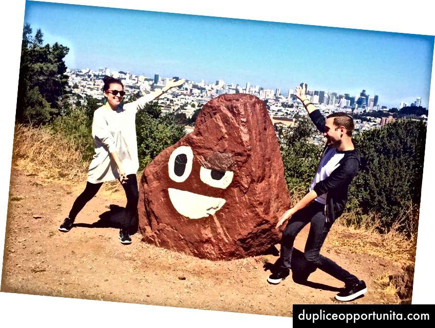 Quando ho visto la roccia in continua evoluzione trovata al Bernal Heights Park di San Francisco, sia Raymond che io abbiamo dovuto rendere omaggio alla magica pila di cacca. Foto scattata nel 2016.