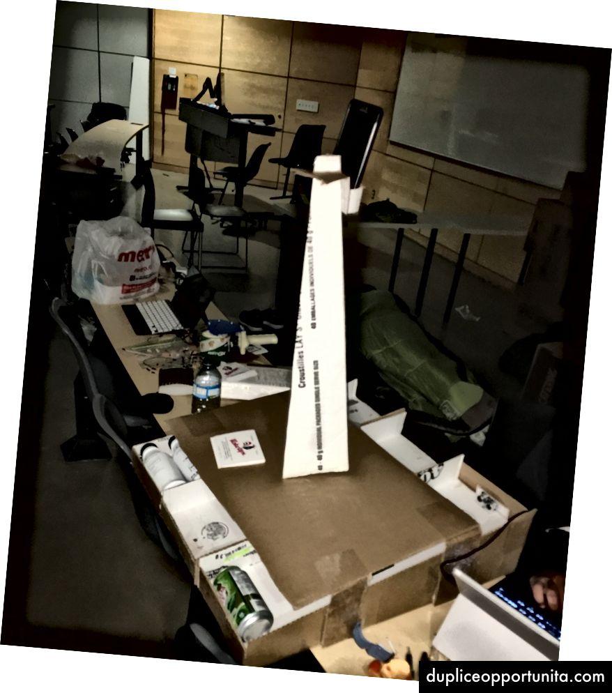 アイテムラック装置。列に配置された3つのアイテム、セキュリティカメラ用のタワー、および背面に配置された超音波センサー