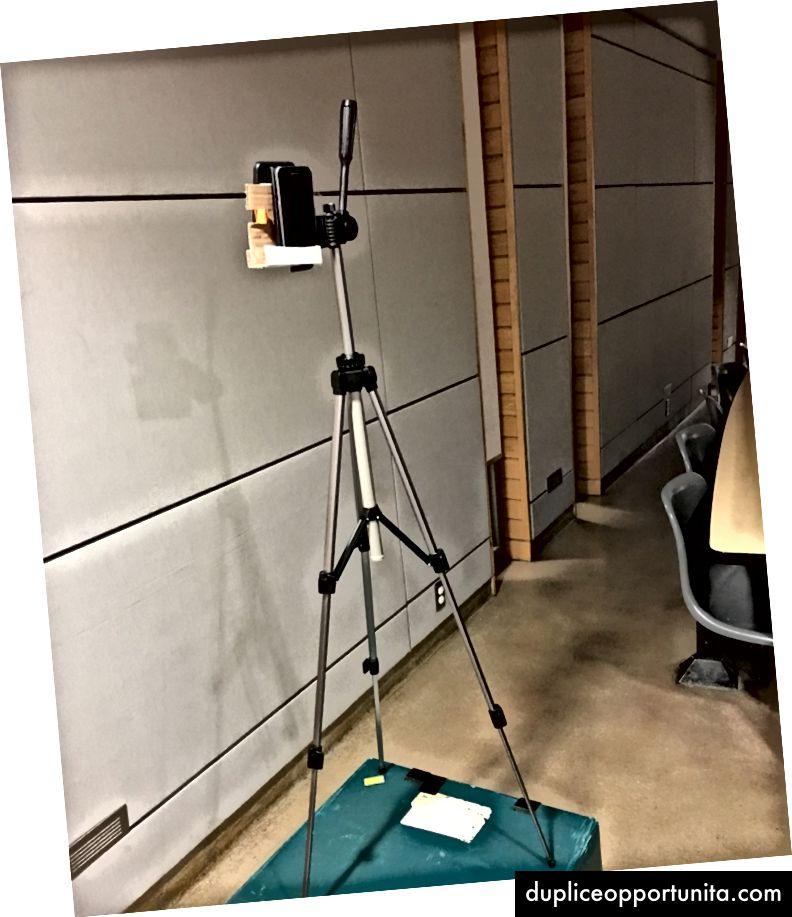 カメラの三脚、2台の電話、大量のテープ