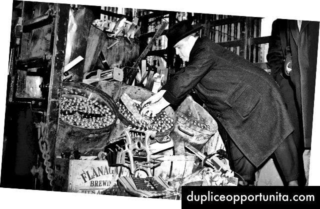 Кметът Фиорело Лагуардия проверява пинболи, конфискувани от полицейското управление през февруари 1942 г. (Видео)