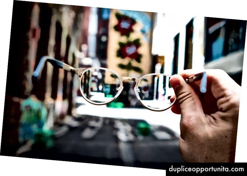 """""""Човек, който държи очила"""" от Джош Калабрезе на Unsplash"""