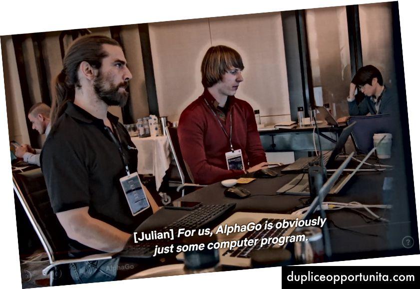 Julian Schrittwieser, oikeassa, kommentoi netizensia, jotka viittaavat AlphaGoon 'hän' tai 'hän' kuin henkilö. Lähde: AlphaGo-dokumentti.