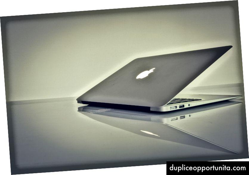 MacBook Air valkoisella pinnalla. Luotto: https://unsplash.com/photos/s7nlaF3kefg