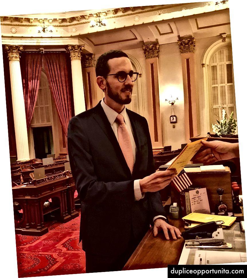 Senaattori Wiener esittelee alkuperäisen version SB 822: stä osavaltion senaatissa 3. tammikuuta, Kalifornian 2018 lainsäädäntöistunnon ensimmäisenä päivänä.