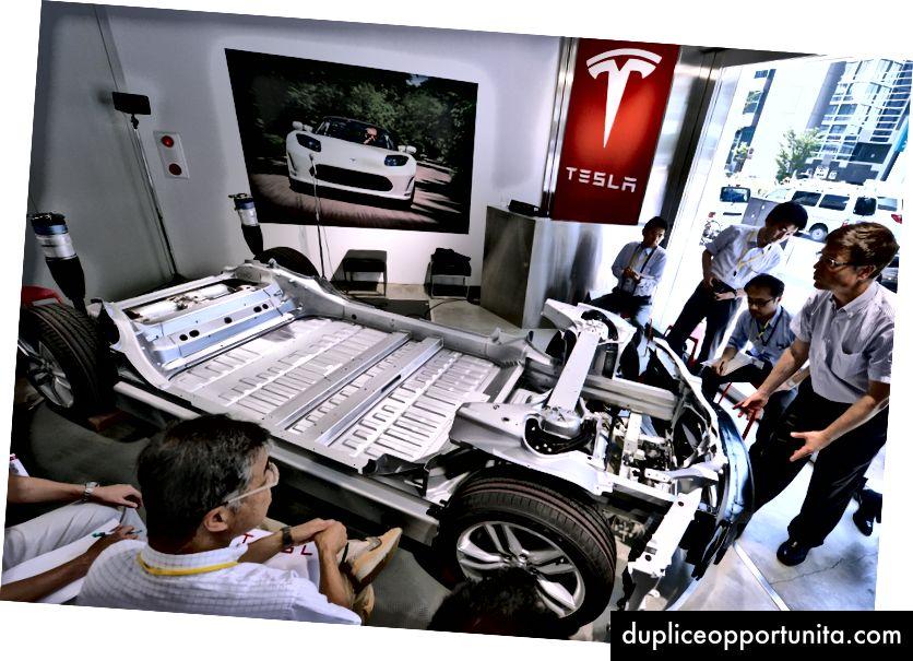 Американският производител на електрически превозни средства Tesla Motors Inc. Технологичният директор на батерията Кърт Келти (R) представя премиум електрическото шаси на седан Model S и батерии по време на преглед на пресата в Токио на 30 август 2012 г. - KAZUHIRO NOGI / AFP / GettyImages