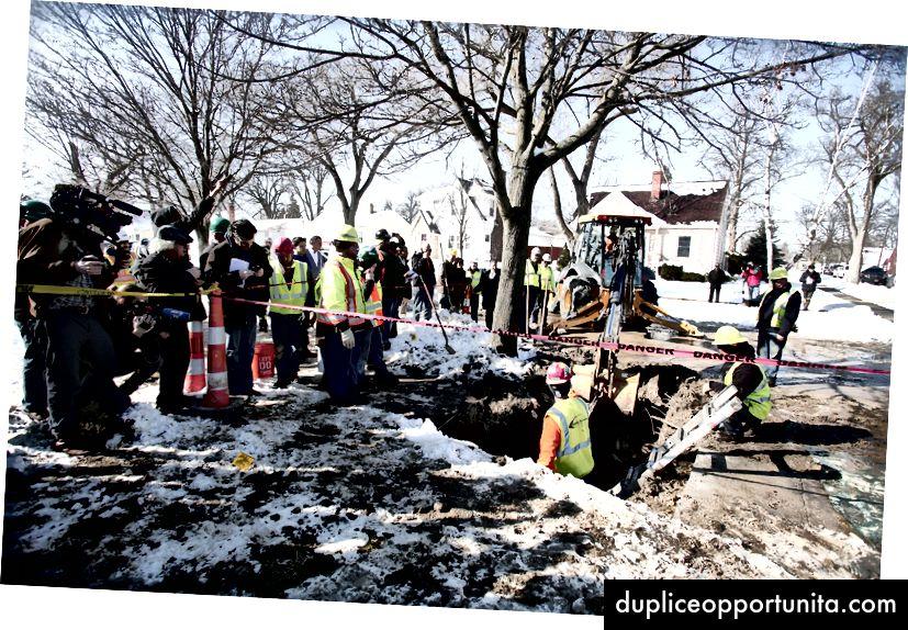 미시간 주 플린트에있는 노동자들은 납수 파이프를 교체합니다. 사진 : Bill Pugliano / Getty Images