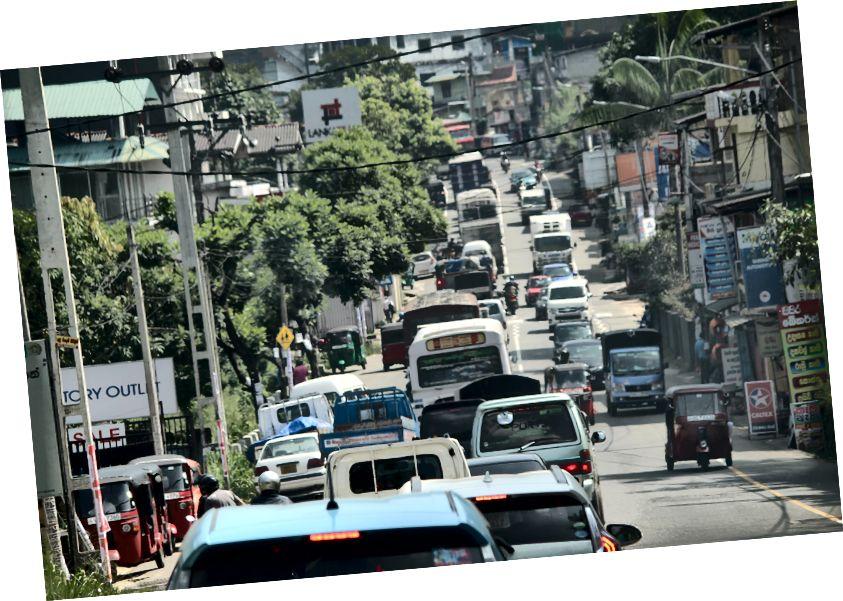 Вузька та навантажена на дорогу дорога до Канді. ПК: ашвін