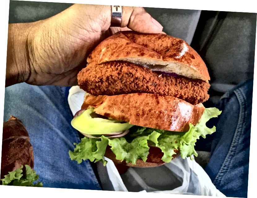 У нас був цей смачний курячий бургер з хлібом у французькому стилі на шляху до канди