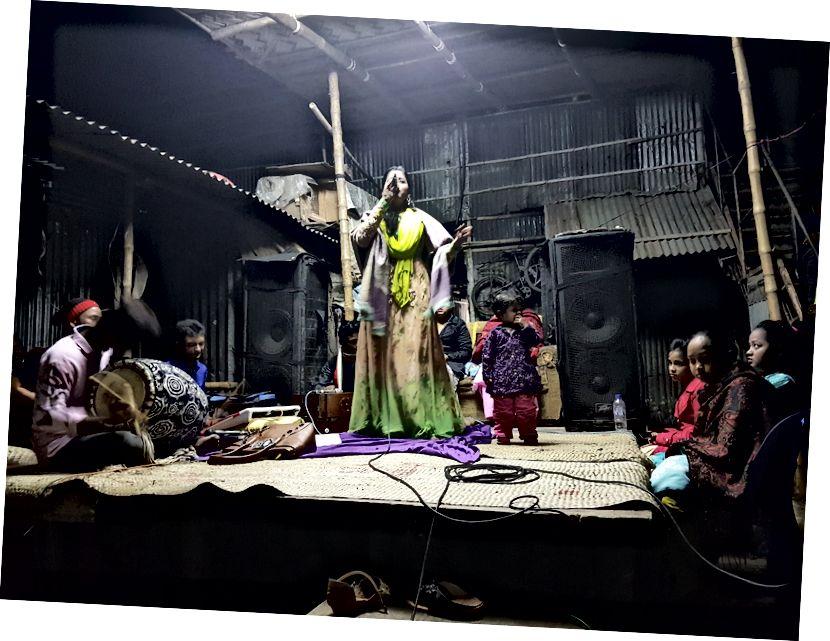Groepen zingen en debatteren in de mazar, de handpalmlezer die ons in de theekraam vond en de voorstelling midden in de sloppenwijk