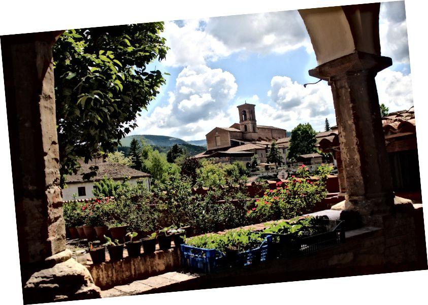 Quang cảnh từ một trong những khu vườn bên trong tu viện