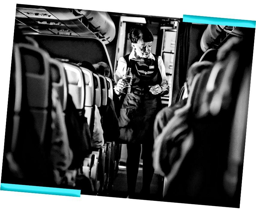 Бетт Нэш перевіряє своїх пасажирів на маршруті з Бостона до DCA. (Білл О'Лірі / The Washington Post; ілюстрація Лілі)