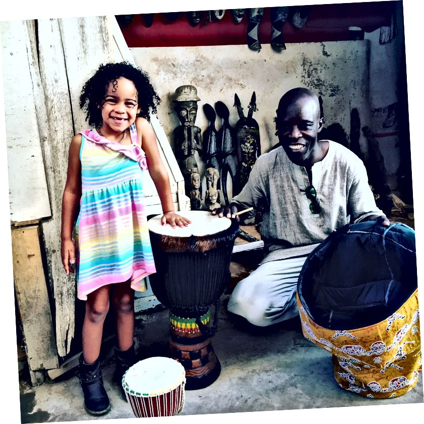 Tyttäreni St. Louisissa, Senegalissa, poimien djembeä kotiin vietäväksi.
