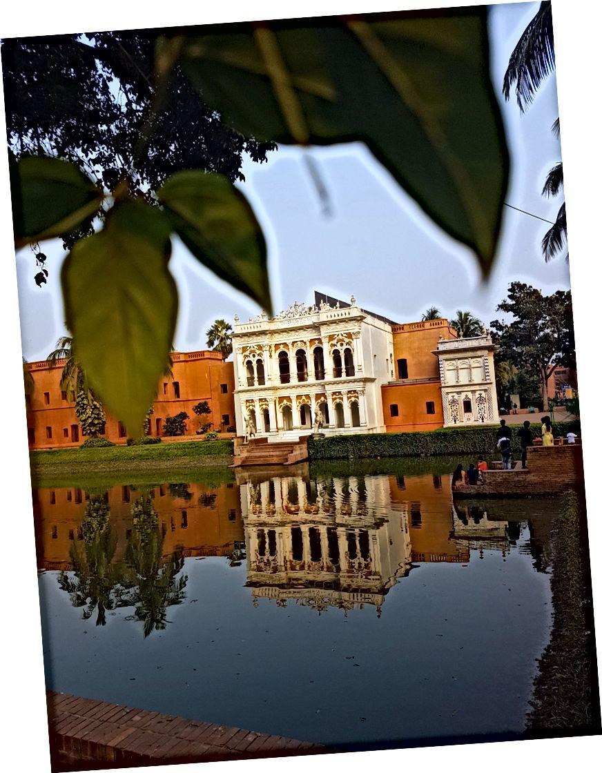 Kijkend over het meer naar de verzameling gebouwen en uitgestrekte tuinen waaruit het museum bestaat