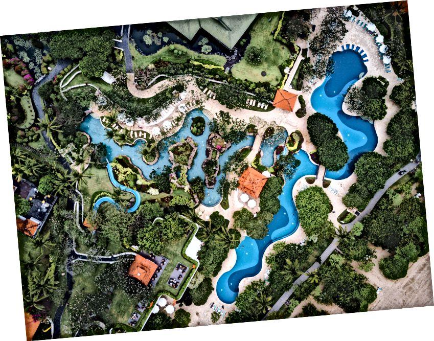 Канкун часто описують як підручник, приклад екологічно руйнівного великого туризму.