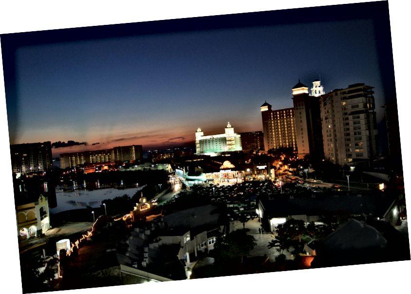 Канкун перетворився на місто першого світу з послугами третього світу всього за кілька миль.