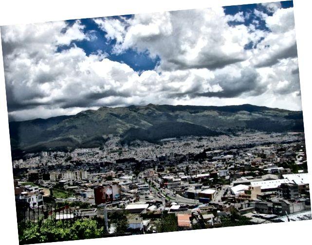 2009 yılında ilk seyahatim sırasında çekilmiş. Pichincha dağı, aşağıdaki Quito ile etkileyici bir şekilde durmaktadır.