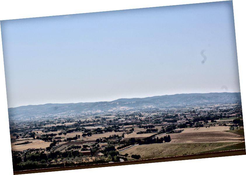 Quang cảnh Assisi trên đỉnh một ngọn đồi trong nhà thờ Saint Francis.
