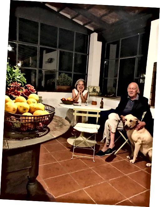 Dina và Walter và Carlotta con chó của họ