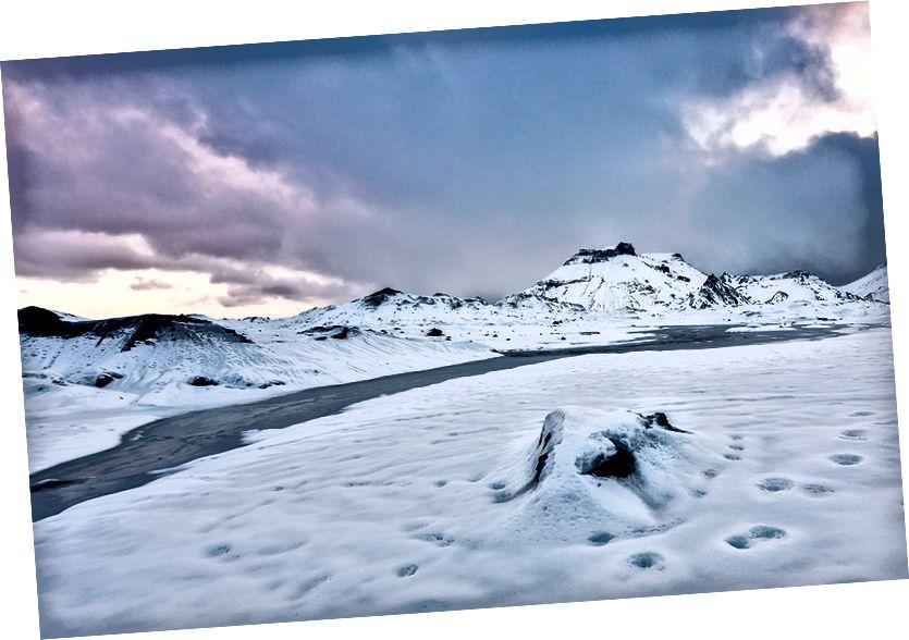 Gündoğumu yansıma ve neredeyse donmuş nehir, Kötlujökull Buzulu