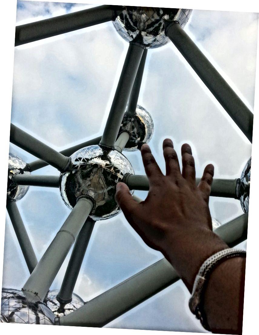 Vươn tới nguyên tử ở Brussels, Bỉ. Giống như mọi ngày tôi ở Bỉ, tôi bị đói.