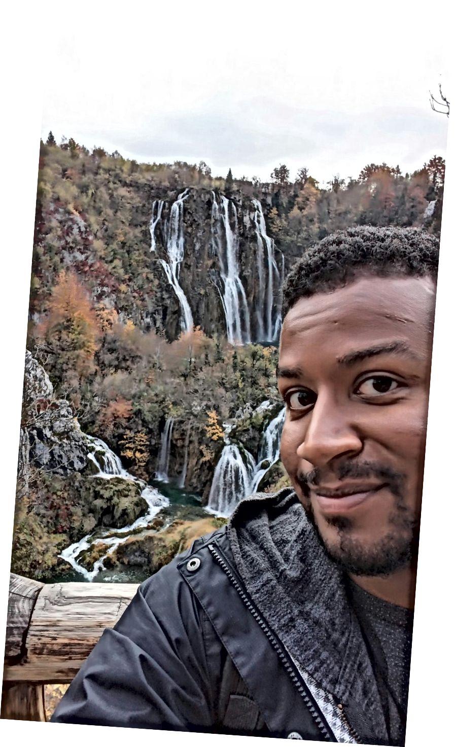 Thật là một cảnh tượng tuyệt vời. Nhưng đủ về bộ râu; Đằng sau tôi là thác nước Plitvice của Croatia.