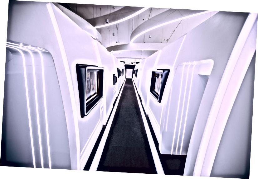 De gang met mockups van Etihad-cabines. Links van je, de Boeing 777 van Etihad. Rechts de A-380.