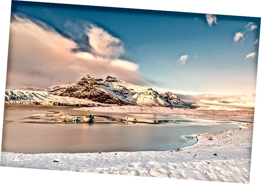 Buzullar günbatımında Jokulsarlon buzul gölünde
